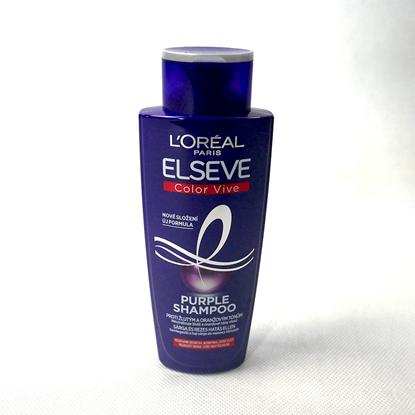 Šampón ve fialové lahvičce na bílém pozadí